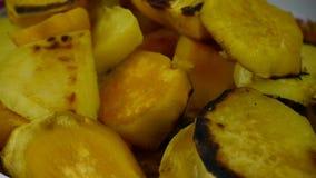 Вращение очень вкусных зажаренных сладких картофелей видеоматериал