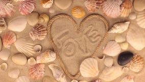 Вращение сердца сделано веревочки и влюбленности слова сток-видео