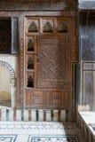 Врезанный деревянный богато украшенный кухонный шкаф, дом El Sehemy, старый Каир, Египет Стоковые Фото