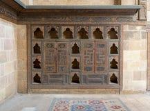 Врезанный деревянный богато украшенный кухонный шкаф, Beit El Harrawi, старый Каир, Египет Стоковые Фото