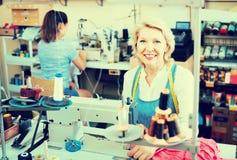 2 времени портноев женщин различных работая с швейными машинами Стоковые Фото