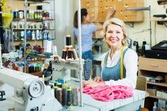 2 времени дружелюбных портноев женщин различных работая с шить мамами Стоковая Фотография RF