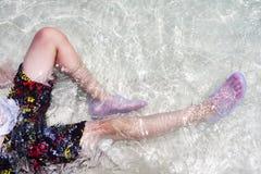 Временя - детская игра в морской воде Стоковая Фотография RF
