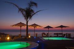 Временя: красивый рассвет на зоне бассейна с ладонью стоковая фотография rf