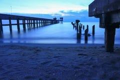 Время ландшафта захода солнца twilight на гавани и море моста Стоковые Изображения