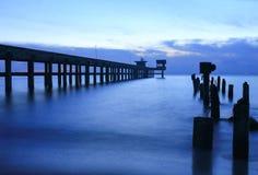 Время ландшафта захода солнца twilight на гавани и море моста Стоковая Фотография RF