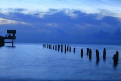 Время ландшафта захода солнца twilight на гавани и море моста Стоковое Изображение RF