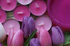 Время весны, день матерей, цветки и свечи, пинк, пурпур, симпатичное время, славный запах, симпатичные цвета, романтичные цвета,  Стоковые Фотографии RF