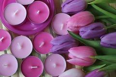 Время весны, день матерей, цветки и свечи, пинк, пурпур, симпатичное время, славный запах, симпатичные цвета, романтичные цвета,  Стоковое фото RF