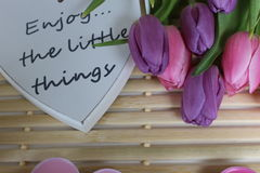 Время весны, день матерей, цветки и свечи, пинк, пурпур, симпатичное время, славный запах, симпатичные цвета, романтичные цвета,  Стоковая Фотография