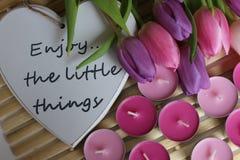 Время весны, день матерей, цветки и свечи, пинк, пурпур, симпатичное время, славный запах, симпатичные цвета, романтичные цвета,  Стоковое Фото
