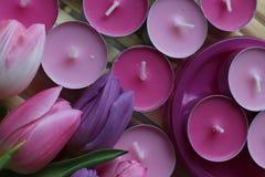 Время весны, день матерей, цветки и свечи, пинк, пурпур, симпатичное время, славный запах, симпатичные цвета, романтичные цвета,  Стоковые Изображения