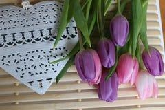 Время весны, день матерей, цветки и свечи, пинк, пурпур, симпатичное время, славный запах, симпатичные цвета, романтичные цвета,  Стоковое Изображение
