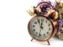 Время весны с будильником и statice цветет цветки backgroundorchid букета при ветвь изолированная на белой предпосылке Стоковое Изображение