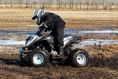 Время весны quading через грязь стоковое изображение rf