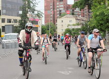 Время ехать велосипед через улицы Стоковая Фотография