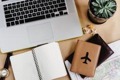 Время запланировать концепцию перемещения, стильную карту тетради и пасспорт o Стоковые Фотографии RF
