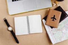 Время запланировать концепцию перемещения, стильный вахту карты тетради и пропуск Стоковое Фото