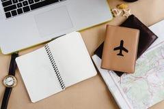 Время запланировать концепцию перемещения, стильный вахту карты тетради и пропуск Стоковая Фотография