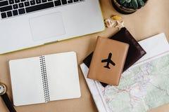 Время запланировать концепцию перемещения, стильный вахту карты тетради и пропуск Стоковые Фото