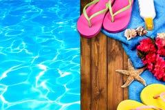 Время заплывания, темповые сальто сальто и полотенце бассейном стоковые фотографии rf