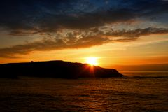 Время захода солнца в Атлантическом океане Стоковые Фотографии RF