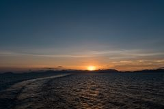 время захода солнца рискованного предприятия выдержки Океан на Филиппинах и горы в предпосылке стоковое изображение