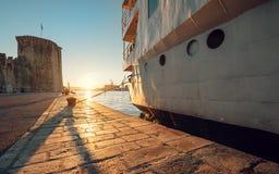 Время захода солнца на Адриатическом море в старой гавани Стоковое Изображение