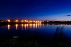 Время захода солнца lanscape ночи, сумрак, рассвет на озере Стоковые Изображения