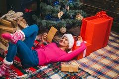 время конца рождества предпосылки красное вверх Канун Нового Года женщины праздник подарков Рожденственской ночи много орнаментов стоковые фото