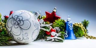 время конца рождества предпосылки красное вверх Рождественская открытка с елью шарика и оформление на предпосылке яркого блеска Стоковые Изображения