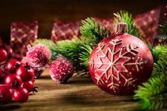 время конца рождества предпосылки красное вверх Свеча и украшение рождества Дизайн границы рождества на деревянной предпосылке Стоковое фото RF