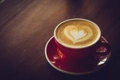 Время кофе в деревянном кафе таблицы, кофе питья и вкусном торте Стоковое фото RF
