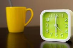 Время кофе на утре перед идя работой Зеленый будильник с Стоковое фото RF