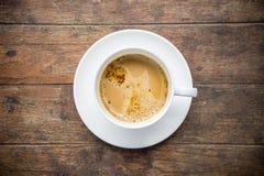Время кофе, чашка растворимого кофе белая на деревянной таблице, br кофе Стоковая Фотография RF
