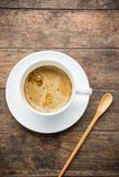 Время кофе, чашка растворимого кофе белая на деревянной таблице, br кофе Стоковые Изображения