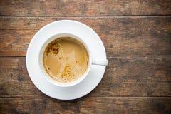 Время кофе, чашка растворимого кофе белая на деревянной таблице, br кофе Стоковое Изображение