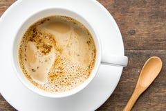 Время кофе, чашка растворимого кофе белая на деревянной таблице, br кофе Стоковое Изображение RF