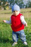 Время младенца 11 месяца идя outdoors Стоковое Изображение RF