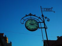 Время наблюдает античный знак на голубом небе Стоковое Фото