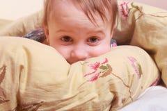 Время ложиться спать (маленькая девочка лежа на кровати под крышками) Стоковые Изображения RF