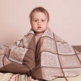 Время ложиться спать (маленькая девочка лежа на кровати под крышками) Стоковая Фотография RF