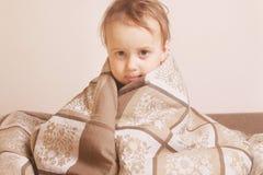 Время ложиться спать (маленькая девочка лежа на кровати под крышками) Стоковые Фотографии RF