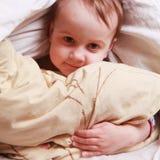 Время ложиться спать (маленькая девочка лежа на кровати) Стоковые Изображения