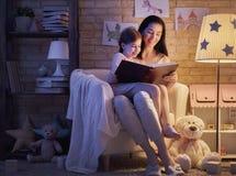 Время ложиться спать чтения семьи Стоковая Фотография RF