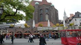 Время осени Люди идя над Viktualienmarkt в Мюнхене Небольшие магазины и стойлы акции видеоматериалы