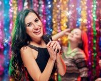 Время партии женщин в караоке Стоковая Фотография
