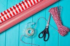 Время партии оборачивать подарка рождества с красочной бумагой, смычками ленты, ножницами a Стоковые Изображения RF