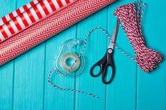 Время партии оборачивать подарка рождества с красочной бумагой, смычками ленты, ножницами a Стоковые Фото