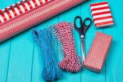 Время партии оборачивать подарка рождества с красочной бумагой, смычками ленты, ножницами a Стоковое Фото